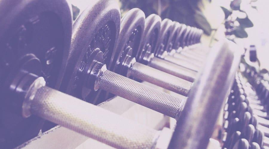 4 cosas que puedes lograr en tu cuerpo con el entrenamiento con pesas